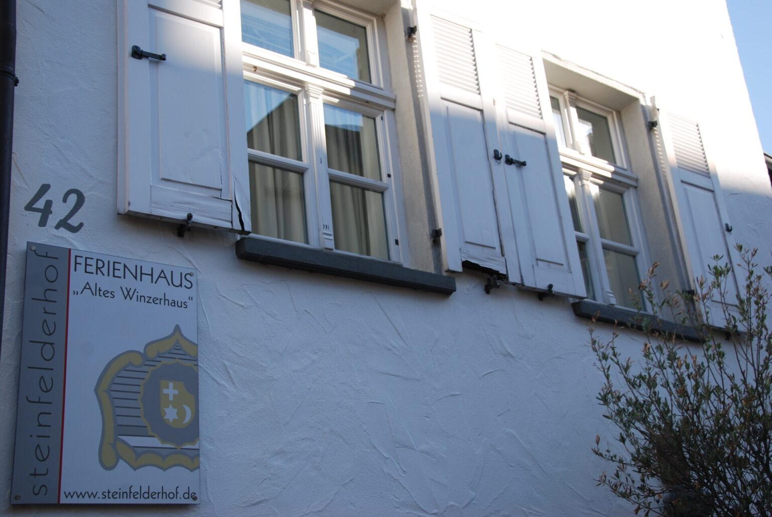 """Schild des Ferienhauses """"Altes Winzerhaus"""" des Steinfelderhofes"""