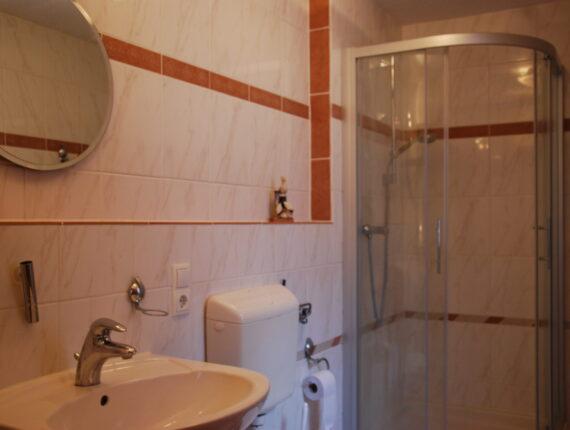 Hier sehen Sie das Badezimmer der Ferienwohnung.