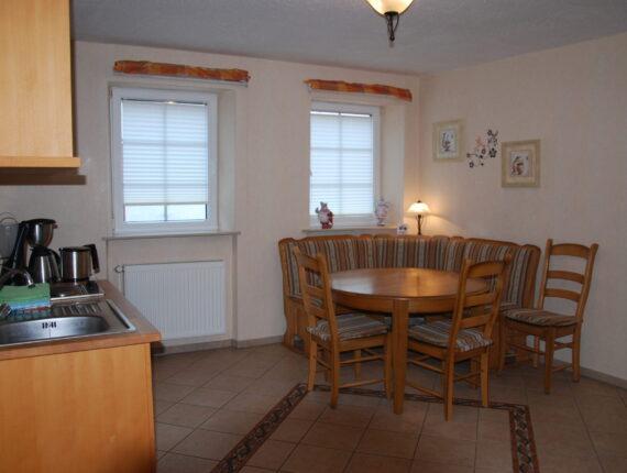 Hier sehen Sie die Küche und der Sitzecke der Ferienwohnung.