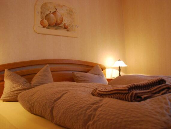Hier sehen Sie das Schlafzimmer eins der Ferienwohnung.