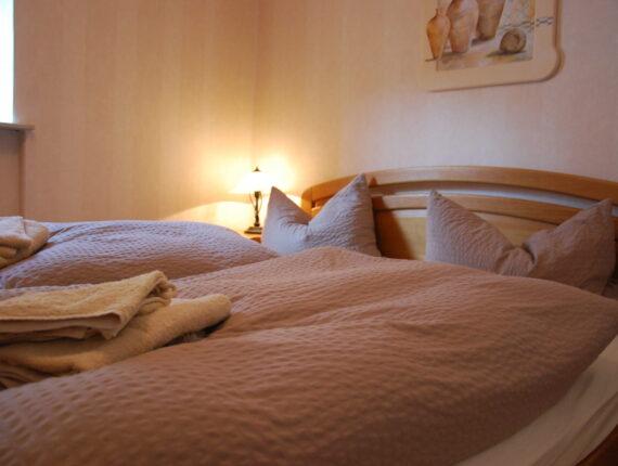 Hier sehen Sie das Schlafzimmer zwei der Ferienwohnung.